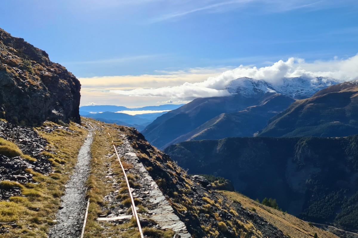 Pla general d'un tram del carrilet a la Vall Fosca aquesta tardor