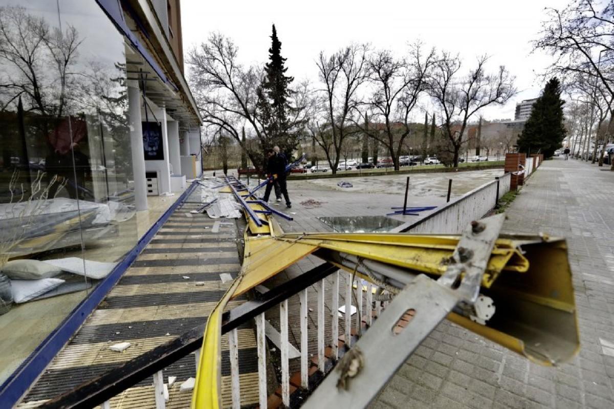 Desperfectes provocats pel vent en una botiga de mobles a la carretera de Terrassa