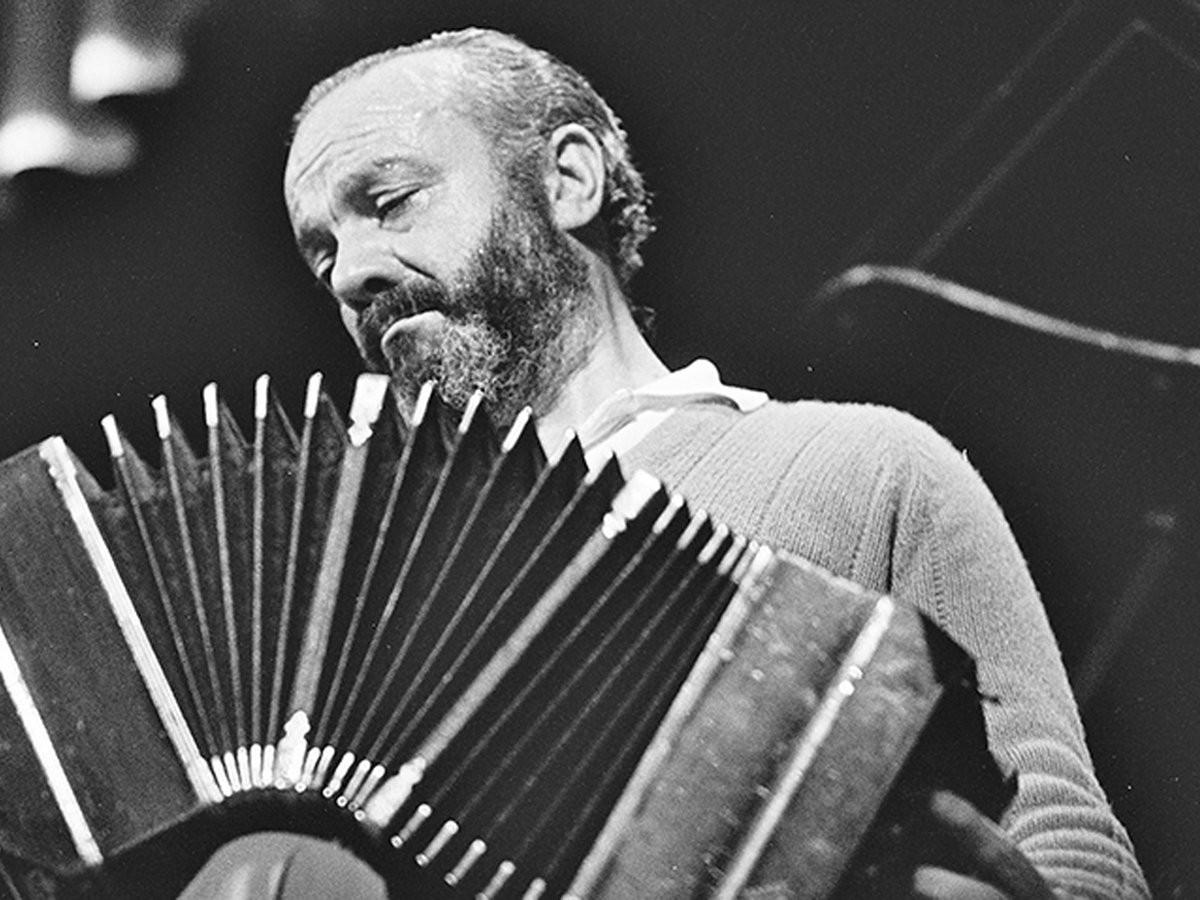 Ástor Piazolla tocant el bandoneó