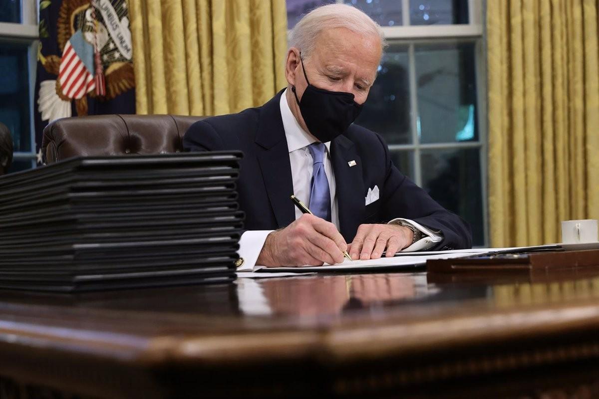 Joe Biden signant les primeres ordres executives del seu mandat.