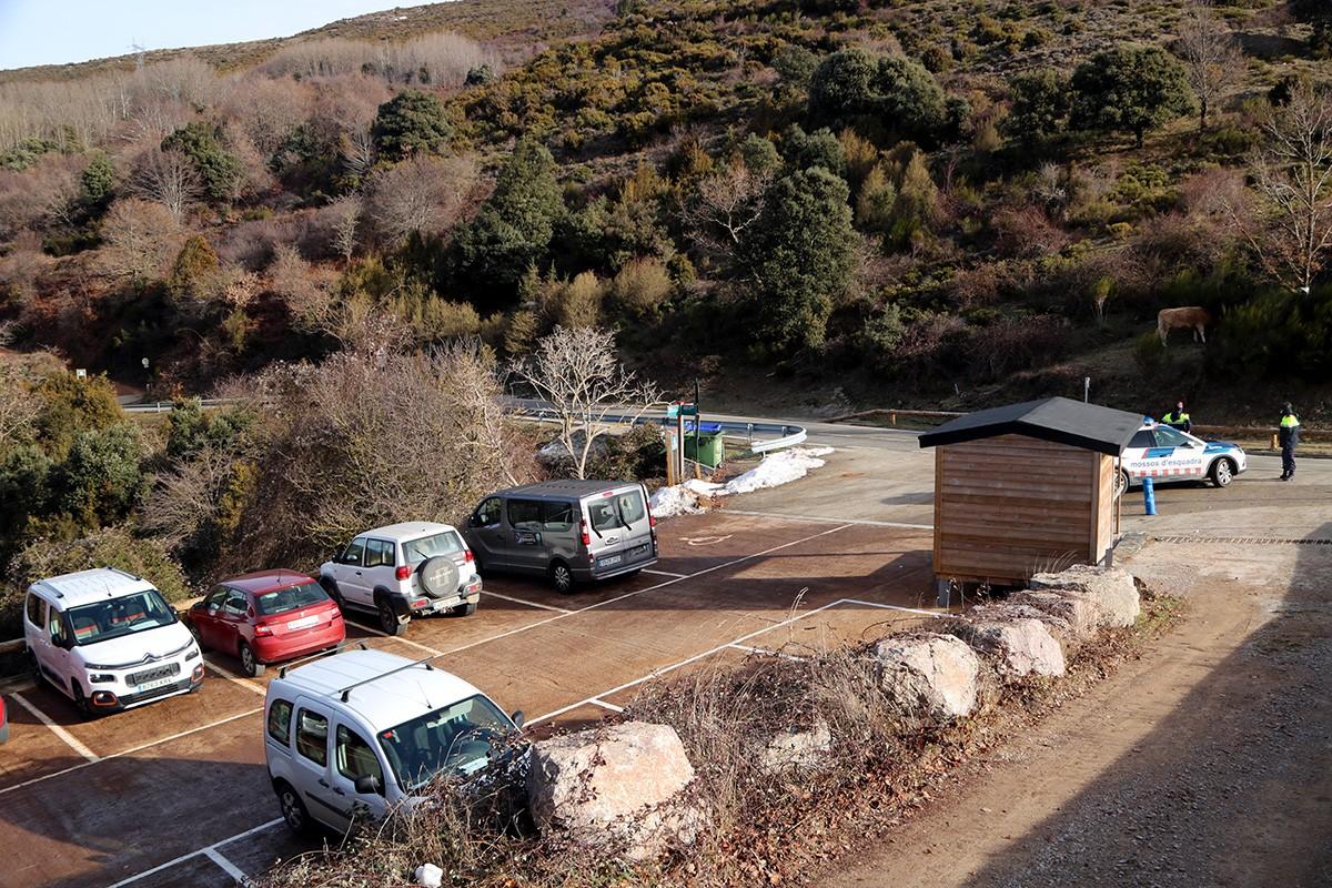 L'aparcament de Collfornic, amb pocs vehicles estacionats.