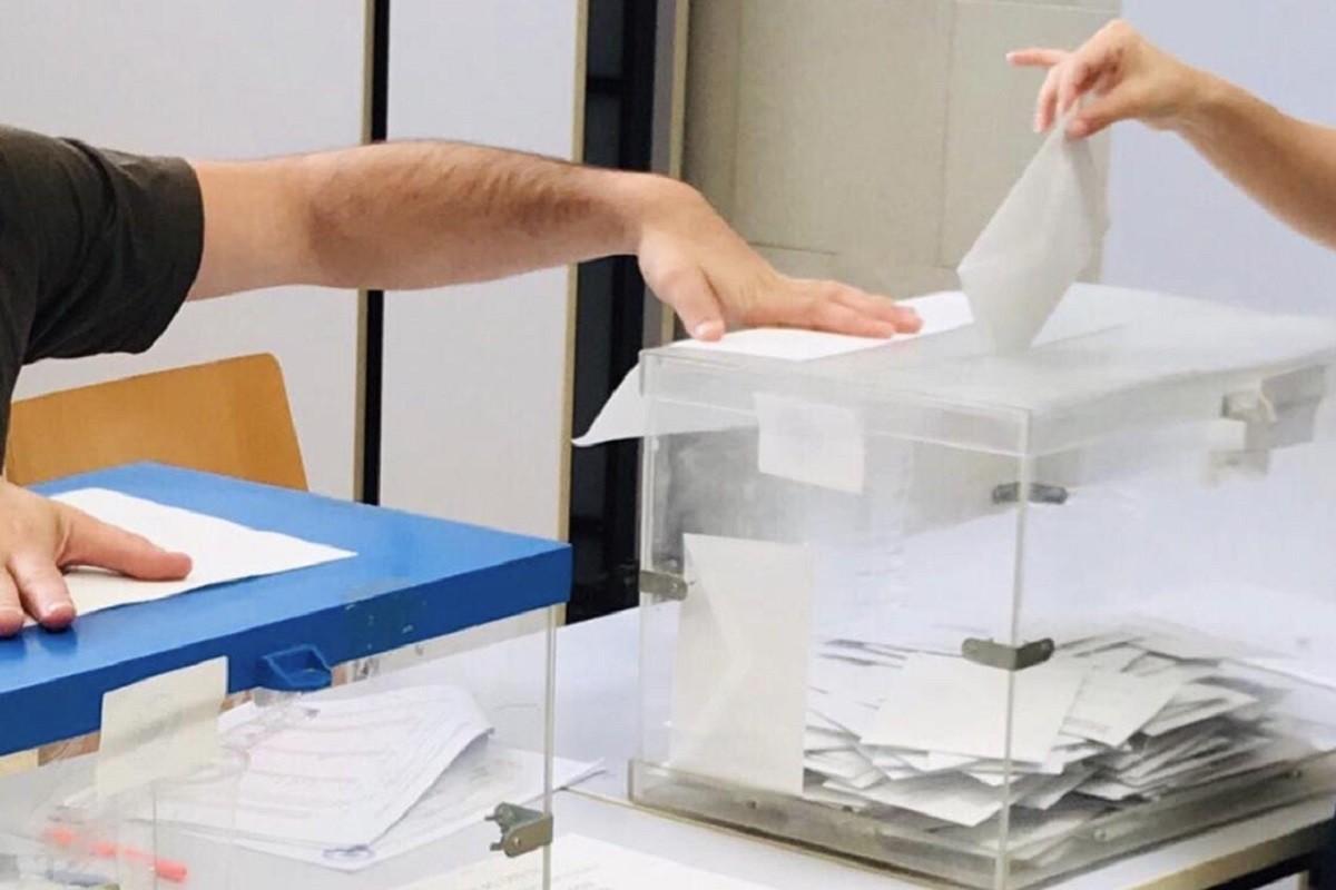 Imatge d'arxiu d'una urna en unes eleccions.