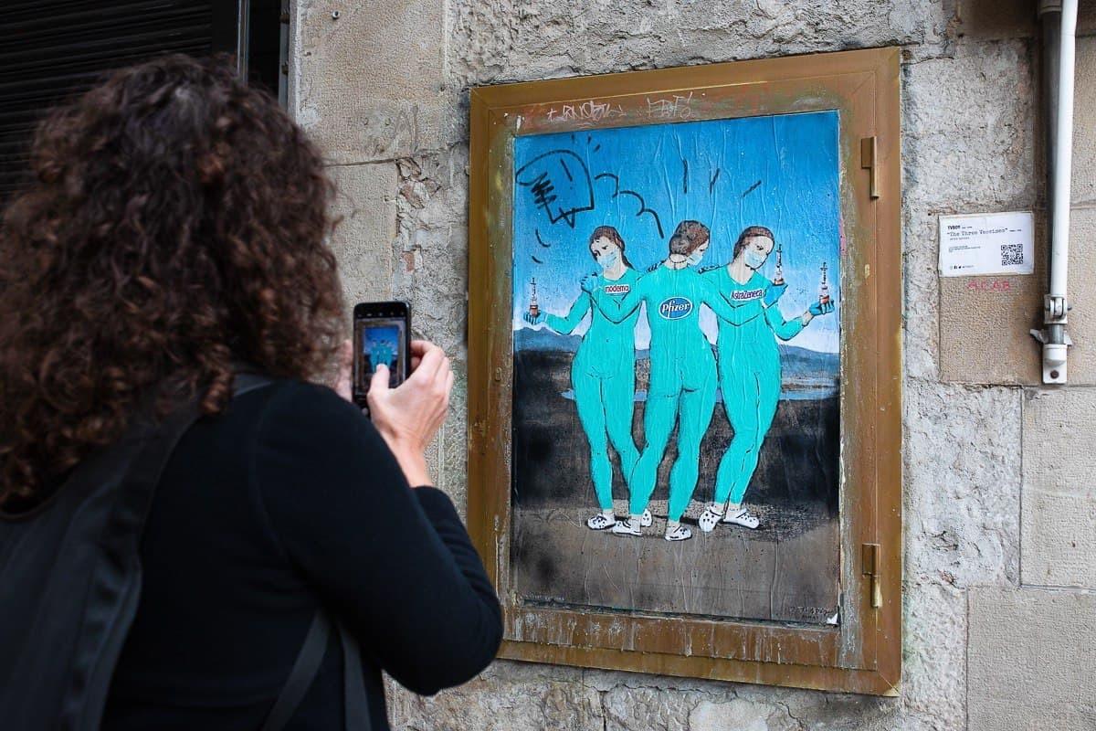 Un dibuix artístic de les tres vacunes, al centre de Barcelona