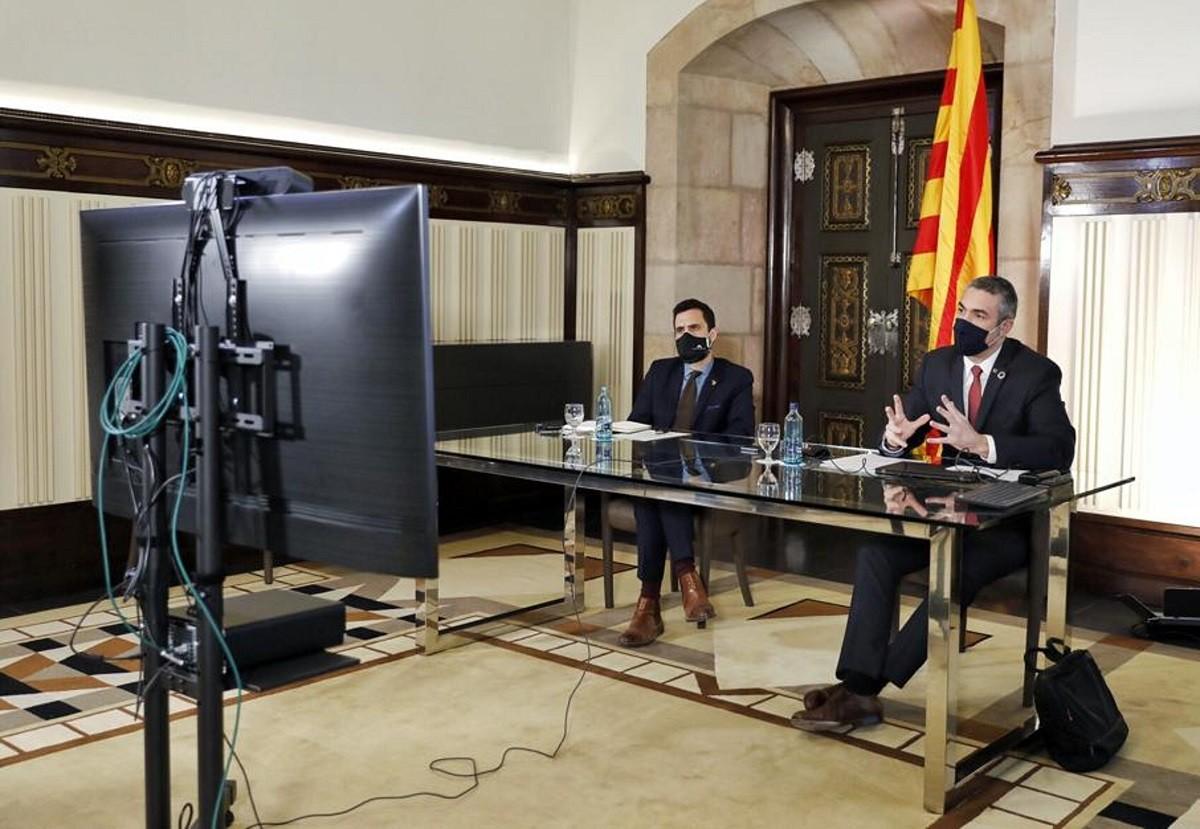 El conseller Bernat Solé amb el president del Parlament, Roger Torrent, durant la reunió de partits