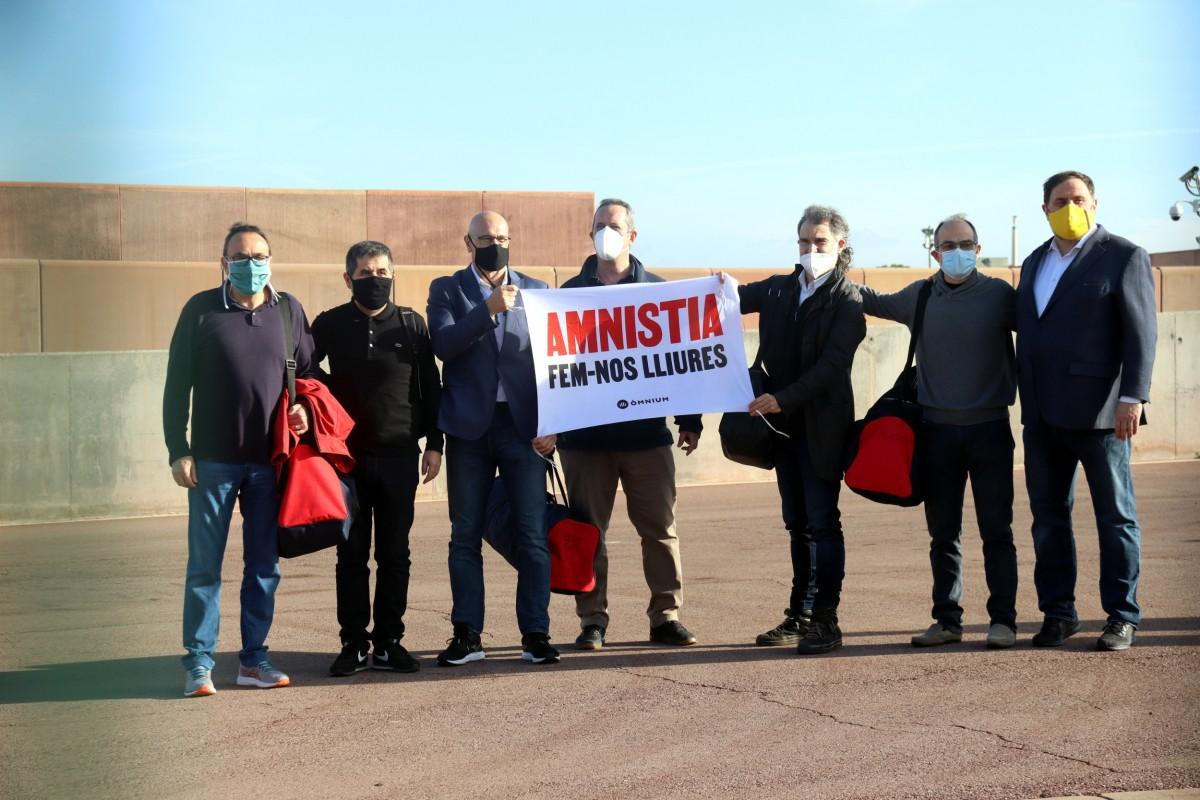 Els set presos polítics sortint de la presó de lledoners.