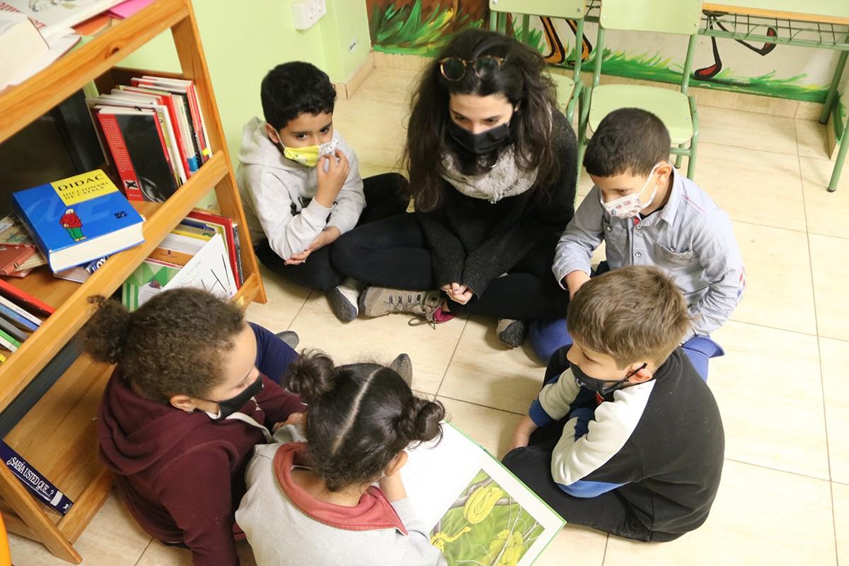 Una mestra amb els seus alumnes, tots amb mascareta.
