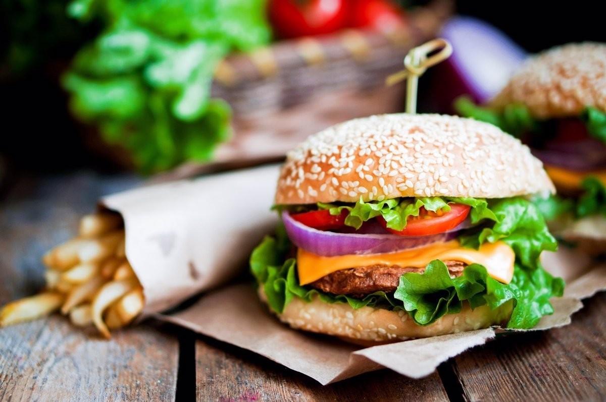 El menjar ràpid és un dels tipus d'aliments que hem d'evitar