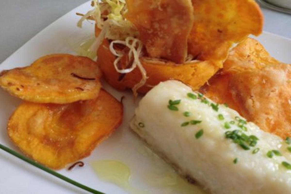 Bacallà amb parmentier de moniato i cruixent de porro i xips