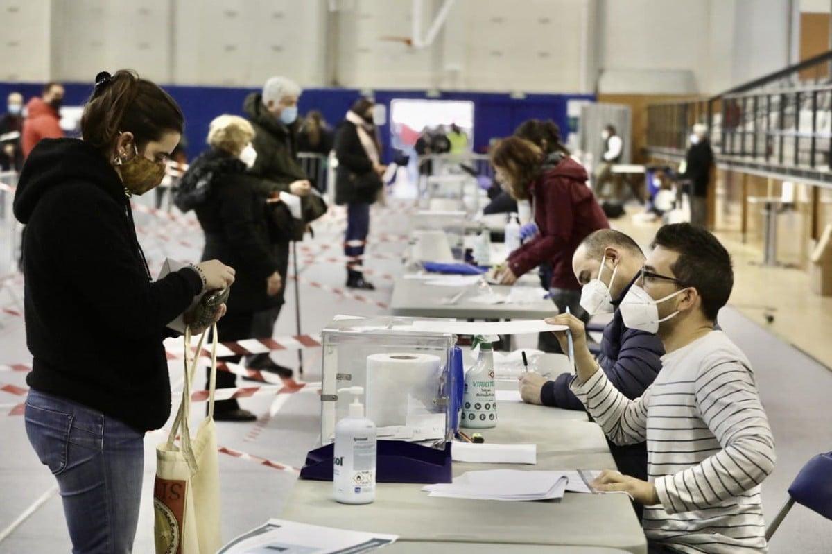 Ciutadans votant al Pavelló Municipal Cal Balsach