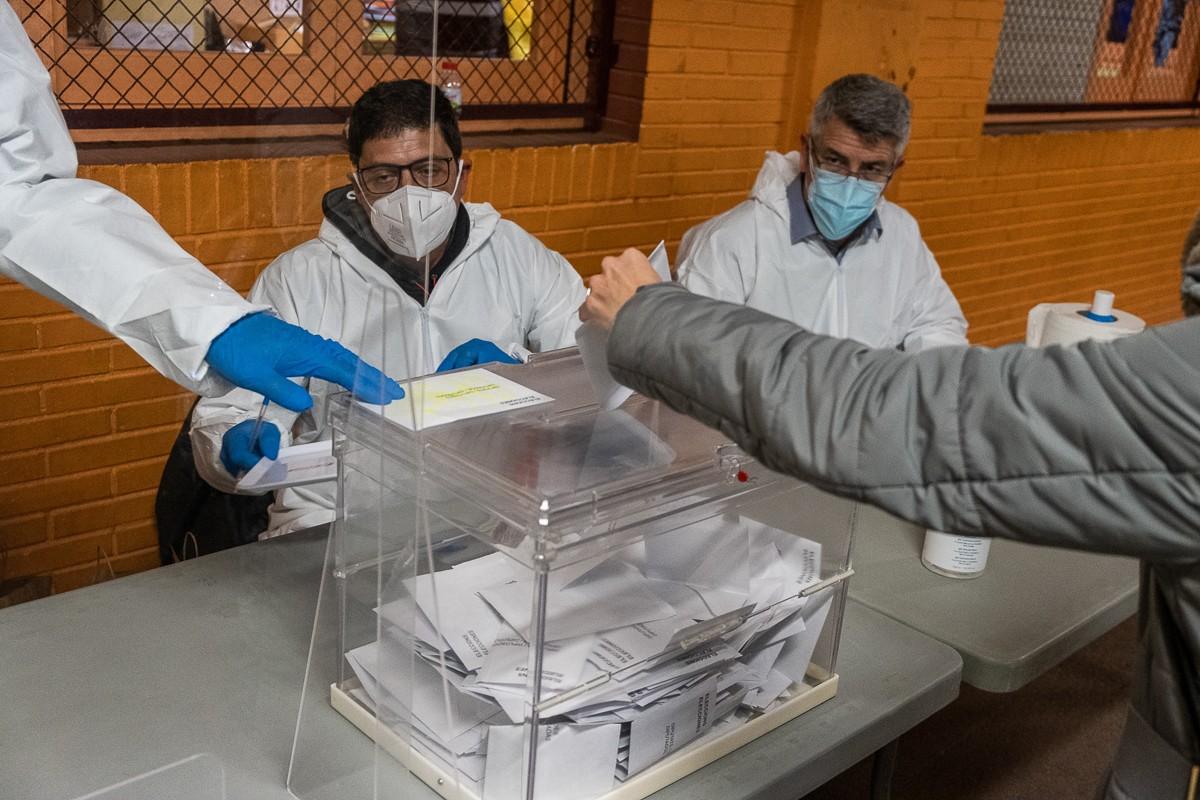 Eleccions del 14-F en un col·legi electoral de Cornellà de Llobregat.