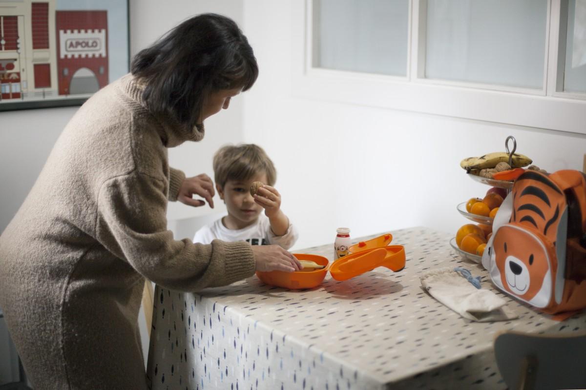 Una mare donant l'esmorzar al seu fill