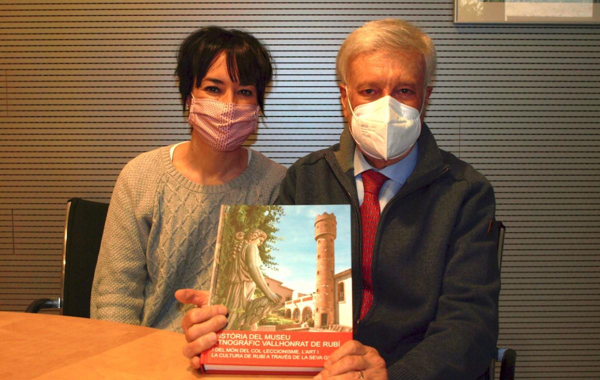 Pere i Anna Vallhonrat, del Museu Etnogràfic de Rubí, amb el llibre que recull la història dels 60 anys