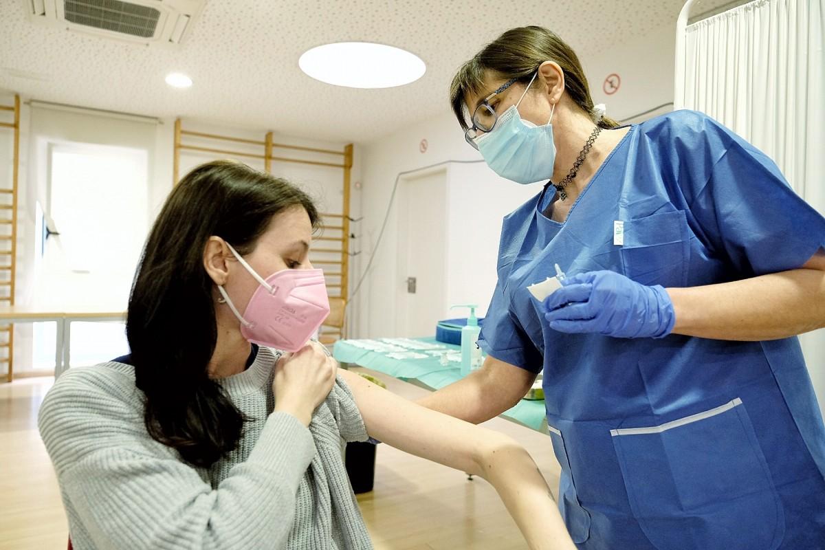Una dona rebent la vacuna contra la Covid-19.