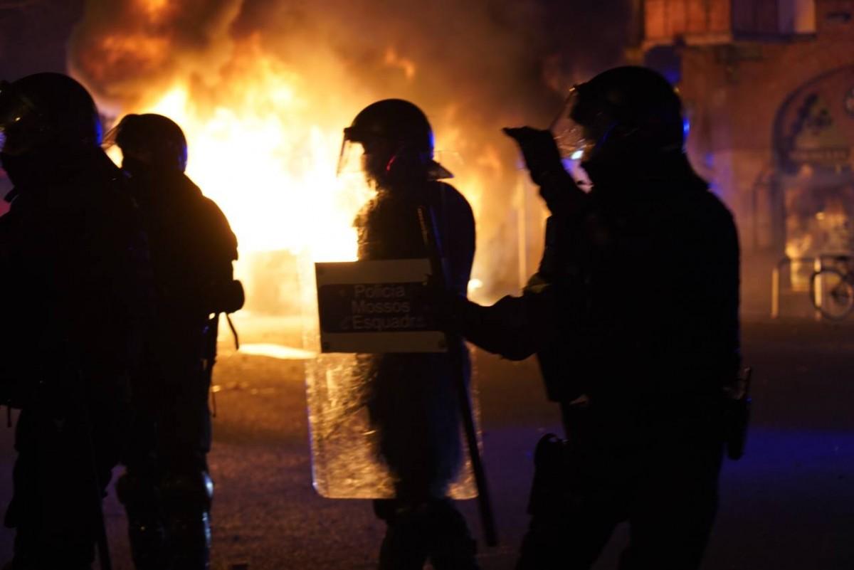 Un moment dels incidents a Barcelona en les protestes per Hasél