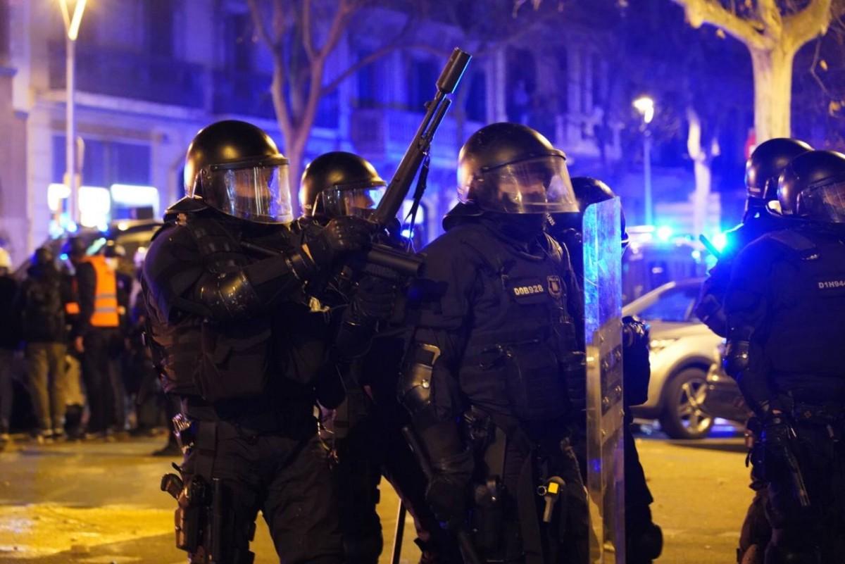 Agents dels Mossos durant les protestes per l'empresonament de Pablo Hasél