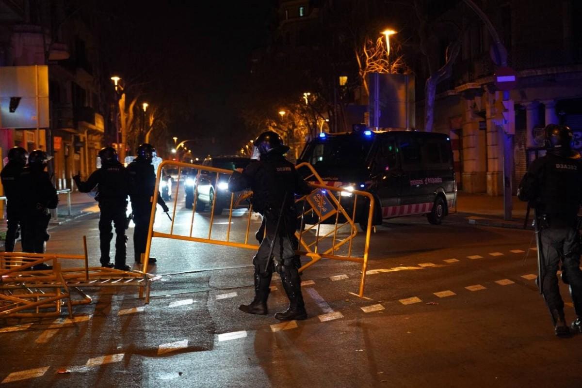 Agents de la Brimo retirant tanques dijous a la nit en els incidents per l'empresonamnt de Pablo Hasél