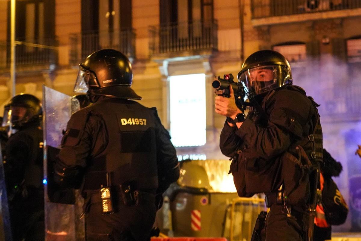 Una nit d'aldarulls a Barcelona per l'empresonament de Pablo Hasél
