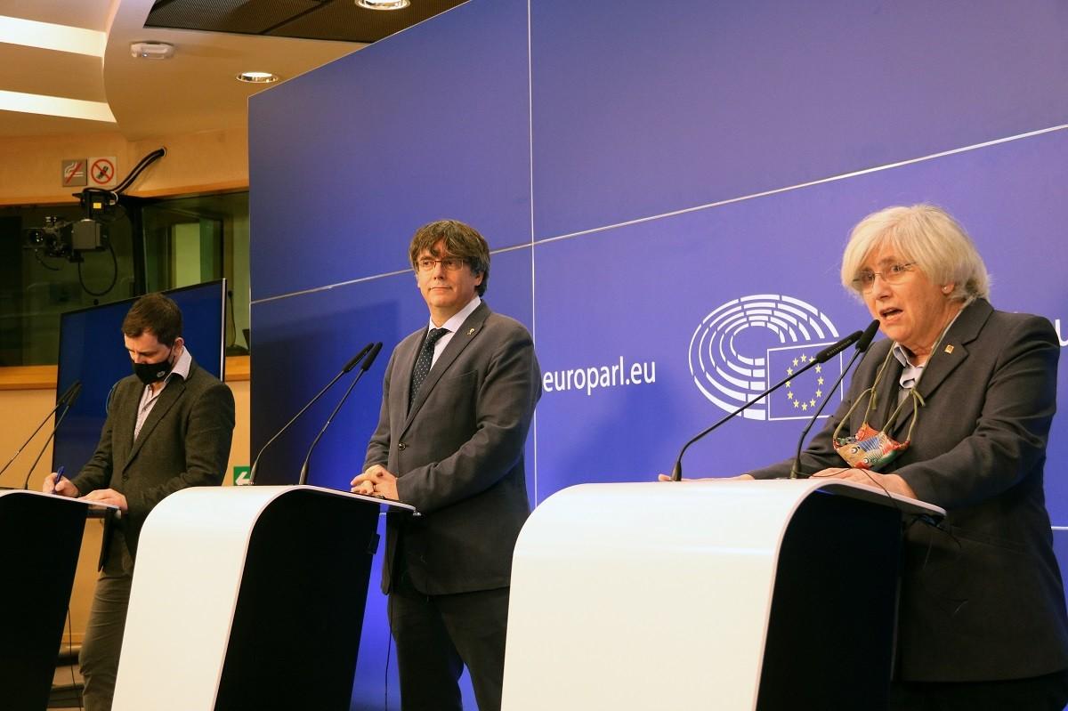Carles Puigdemont, Clara Ponsatí i Toni Comín, aquest dimecres al Parlament Europeu.