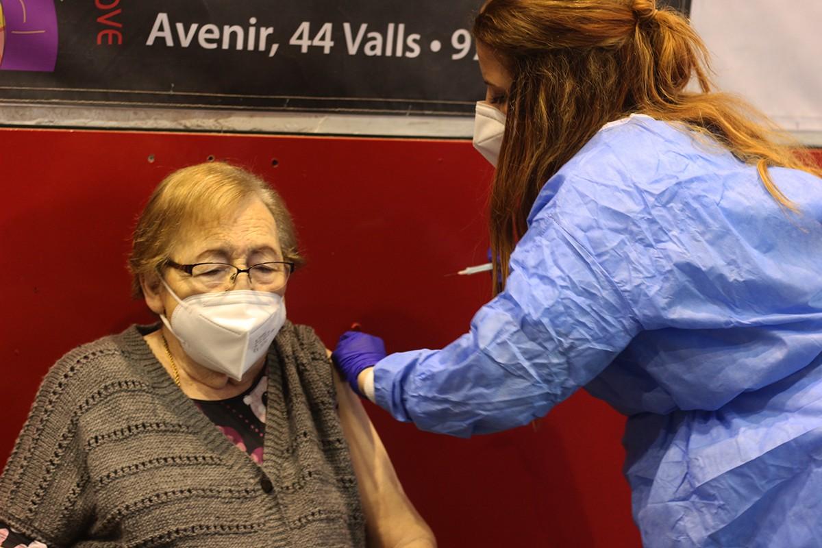 Maria, de 92 anys, s'ha vacunat aquest dimecres al pavelló Joana Ballart de Valls.