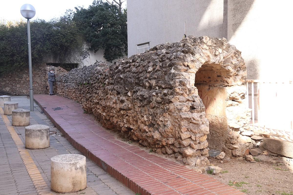 El tram cobert de l'aqüeducte del Francolí que es conserva a l'avinguda Catalunya de Tarragona.