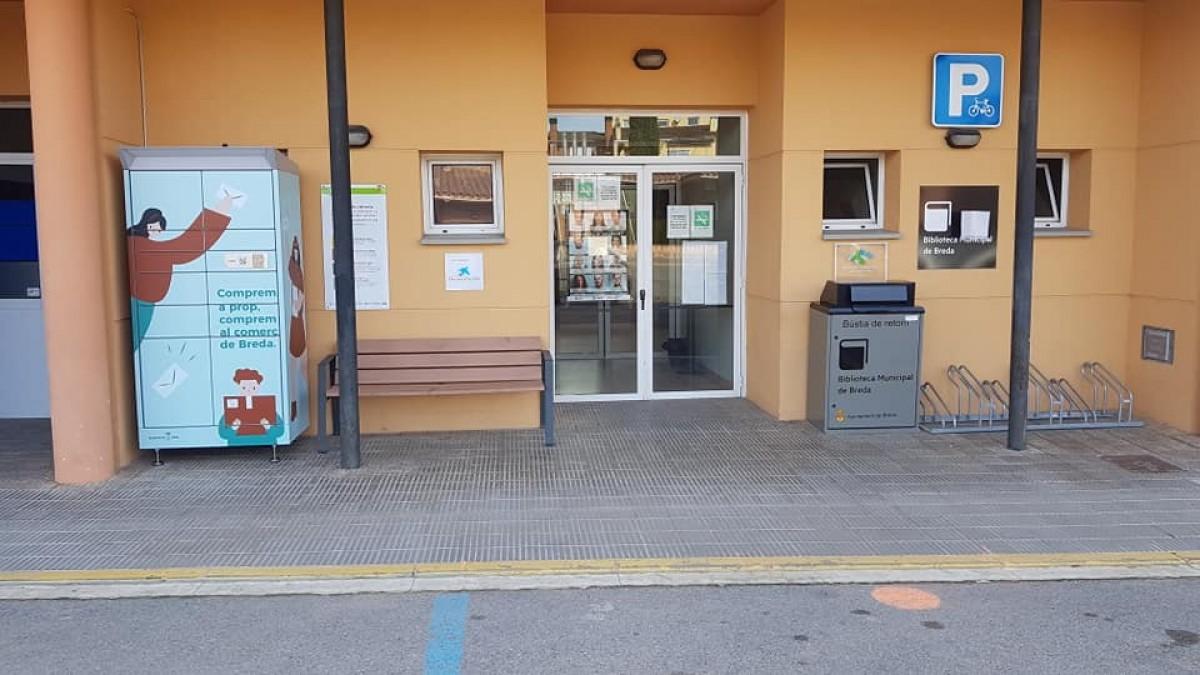 L'armari per a comendes a l'entrada del Centre Cívic 1 d'Octubre de Breda