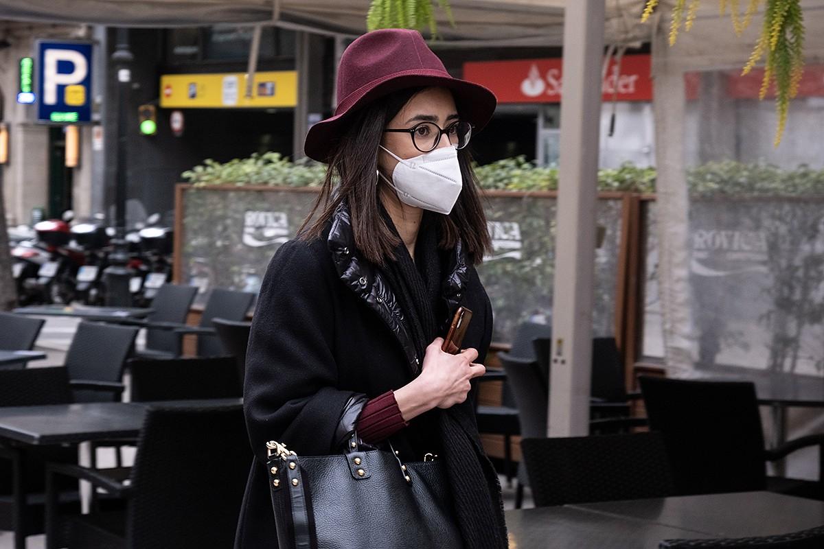 Una noia amb mascareta a Barcelona.