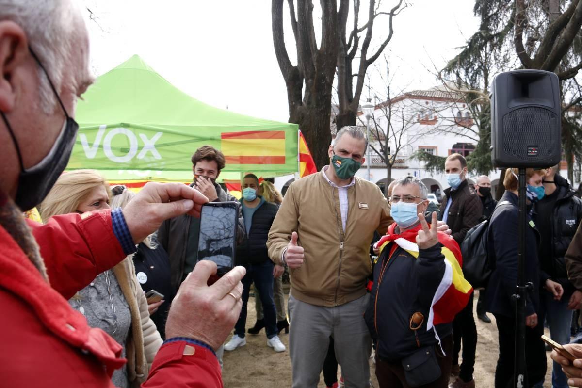 El dirigent de Vox Javier Ortega Smith amb un simpatitzant, durant la campanya del 14-F.