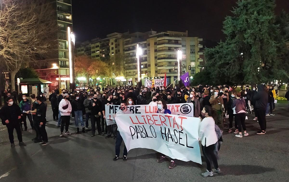 Els manifestants, a la plaça Imperial Tàrraco.