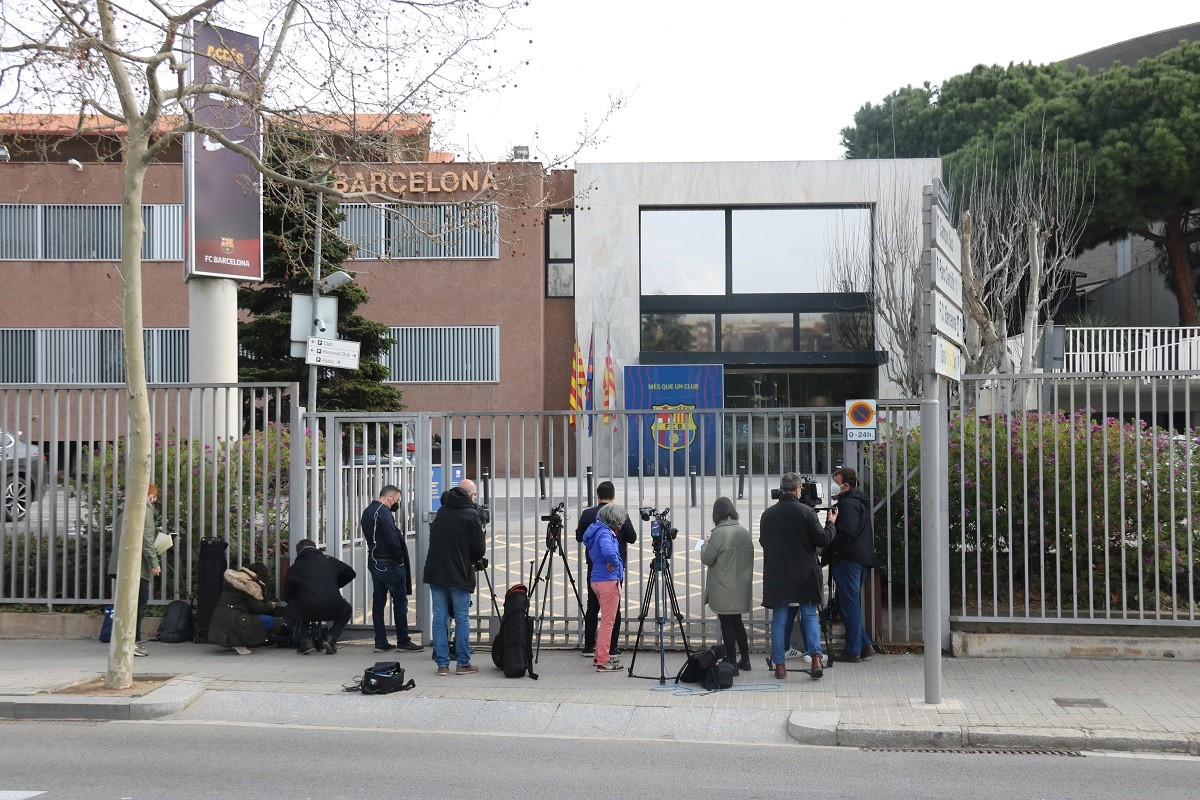 Expectació a les oficines del Camp Nou per l'escorcoll dels Mossos