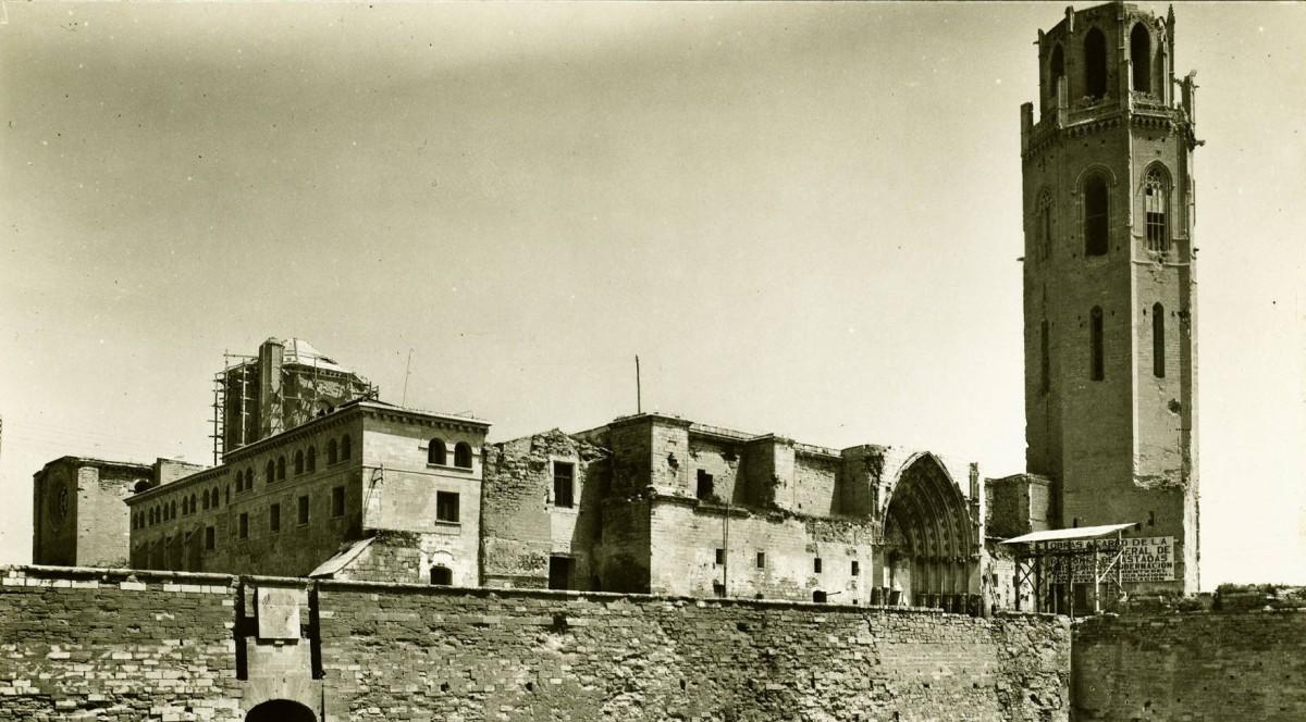 Imatge del claustre, el campanar i la muralla interior del conjunt monumental de la Seu Vella de Lleida. Data: Dècada de 1930-1940.