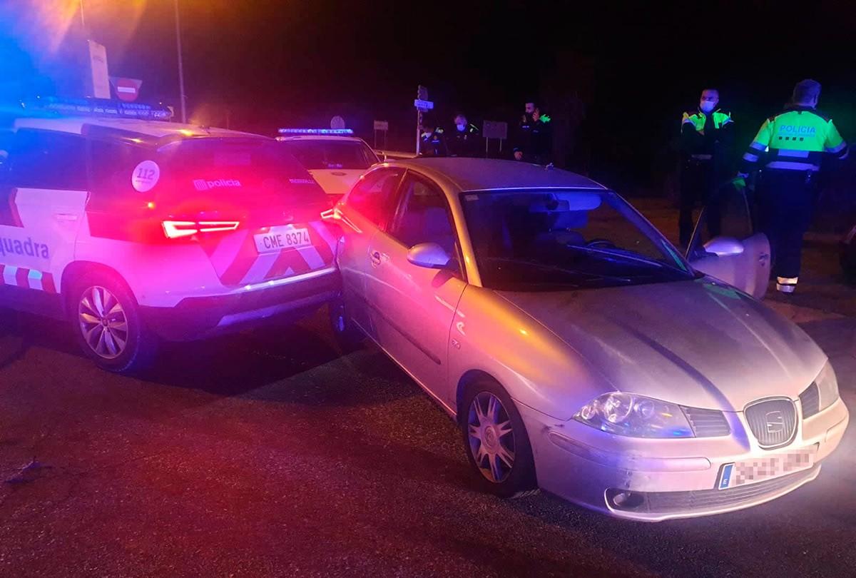 El cotxe va quedar encastat contra el vehicle policial.