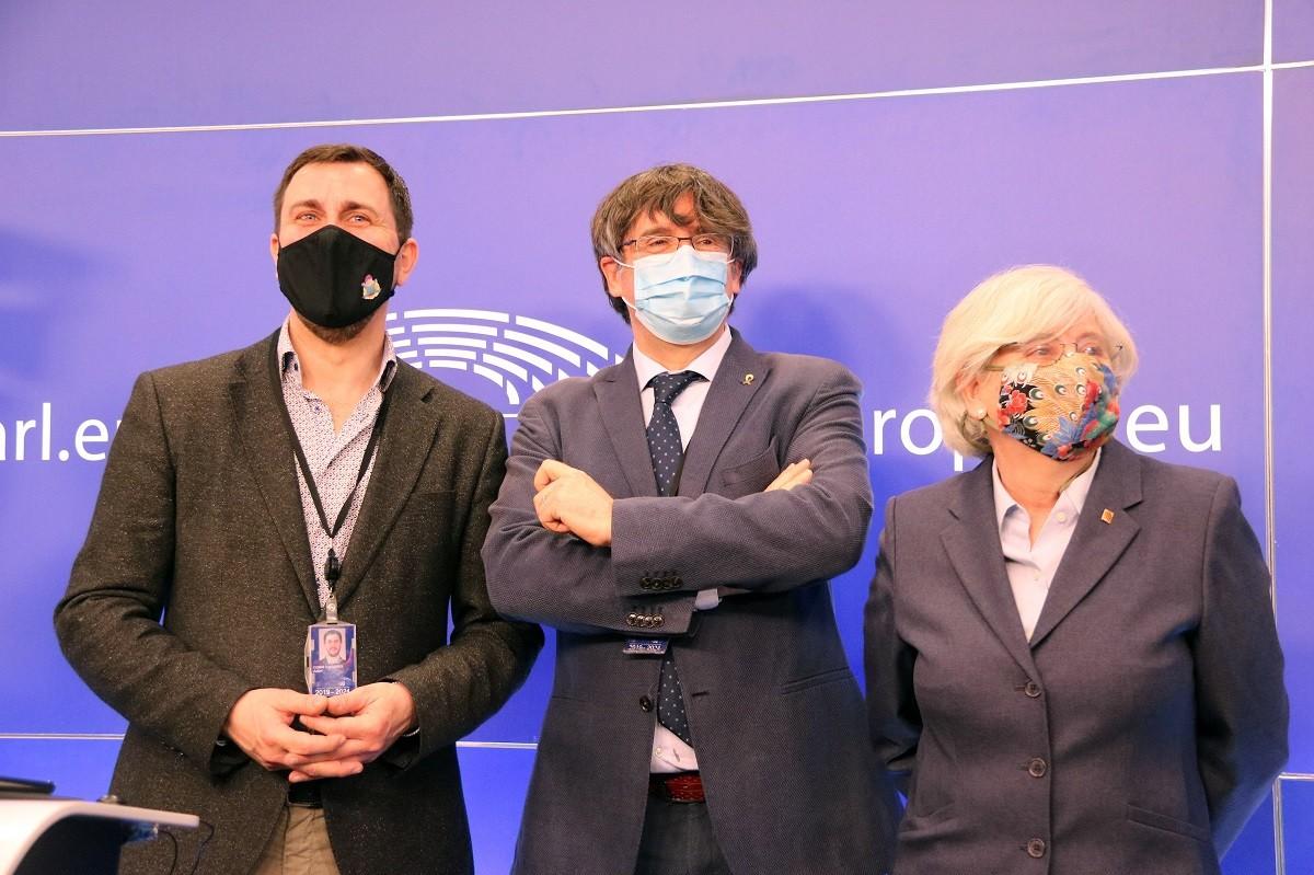 Puigdemont, acompanyat de Comín i Ponsatí, en una roda de premsa al Parlament Europeu