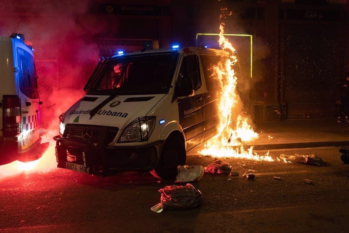 La furgoneta de la Guàrdia Urbana incendiada.
