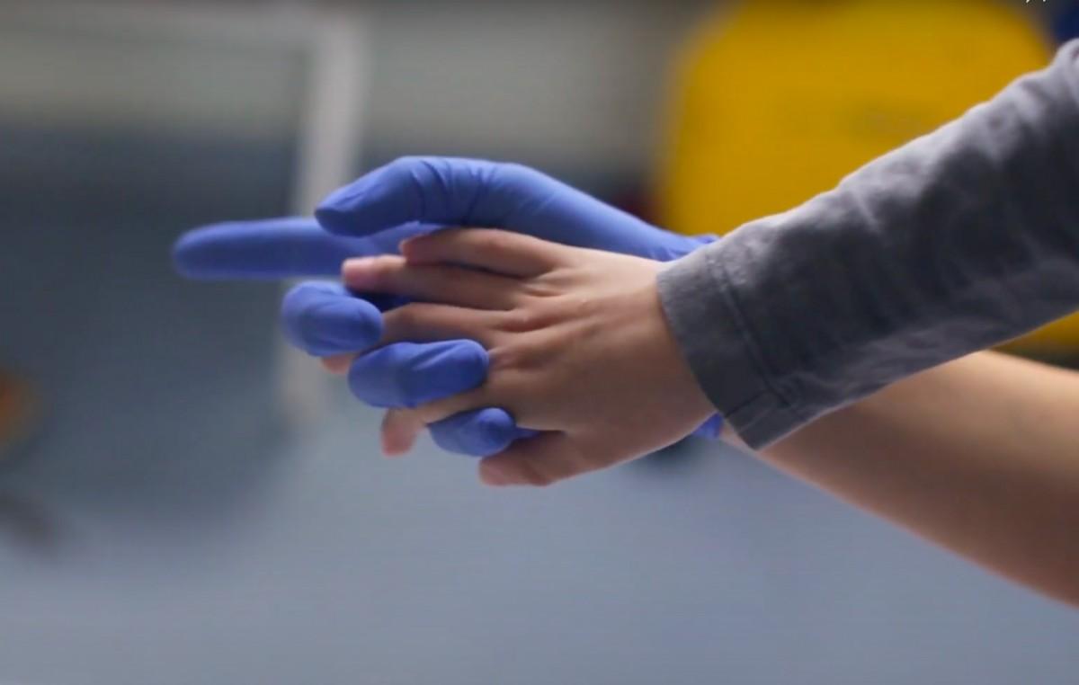 Les mans de Berta i la seva fisioterapeuta a 'Peu pla'