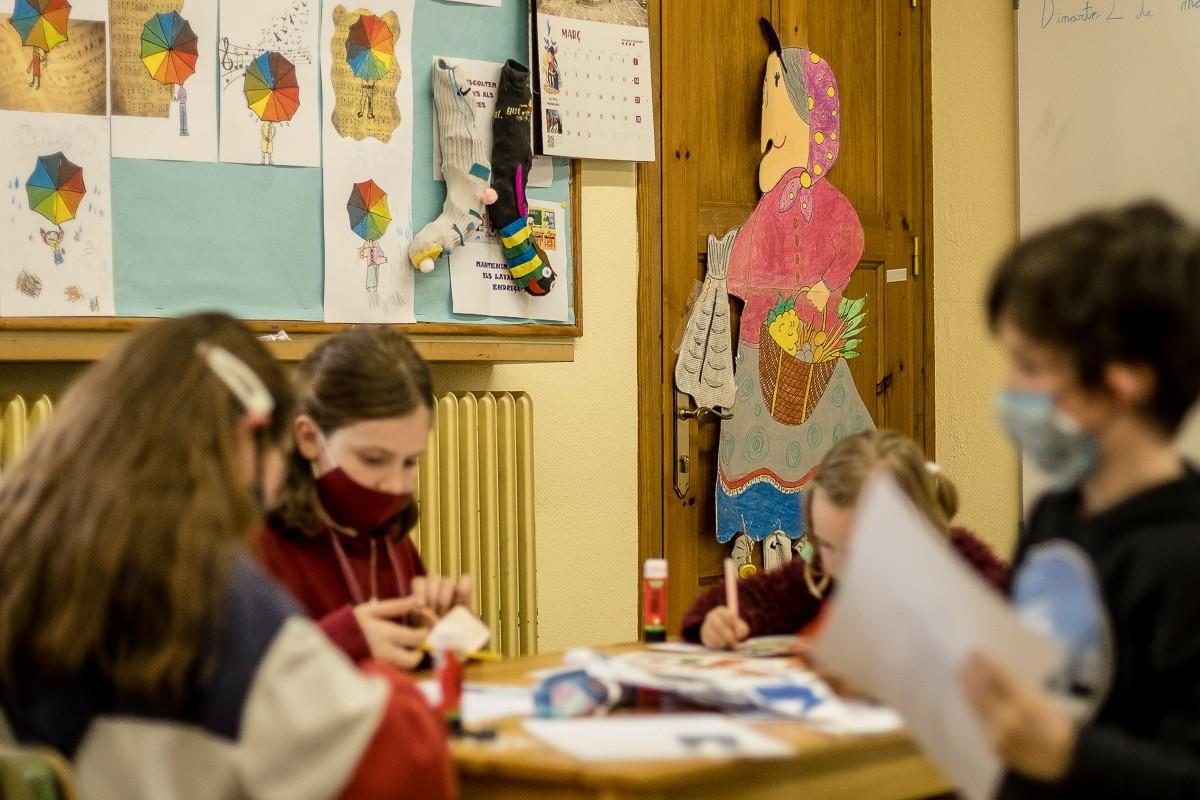 Nens amb mascareta a l'escola