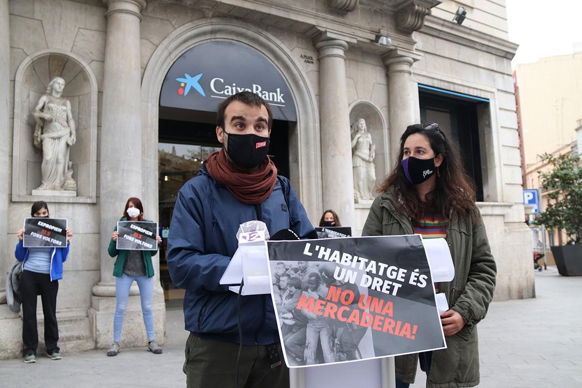 Joan Manel Burillo i Olga Muntadas, durant la presentació de la campanya en matèria d'habitatge de l'esquerra independentista de Tarragona.