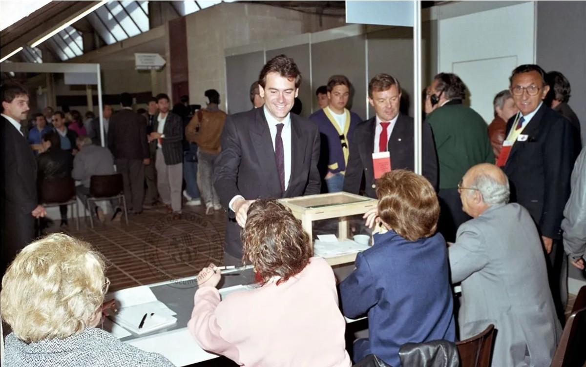 Sixte Cambra dipositant el seu vot durant les eleccions de 1989