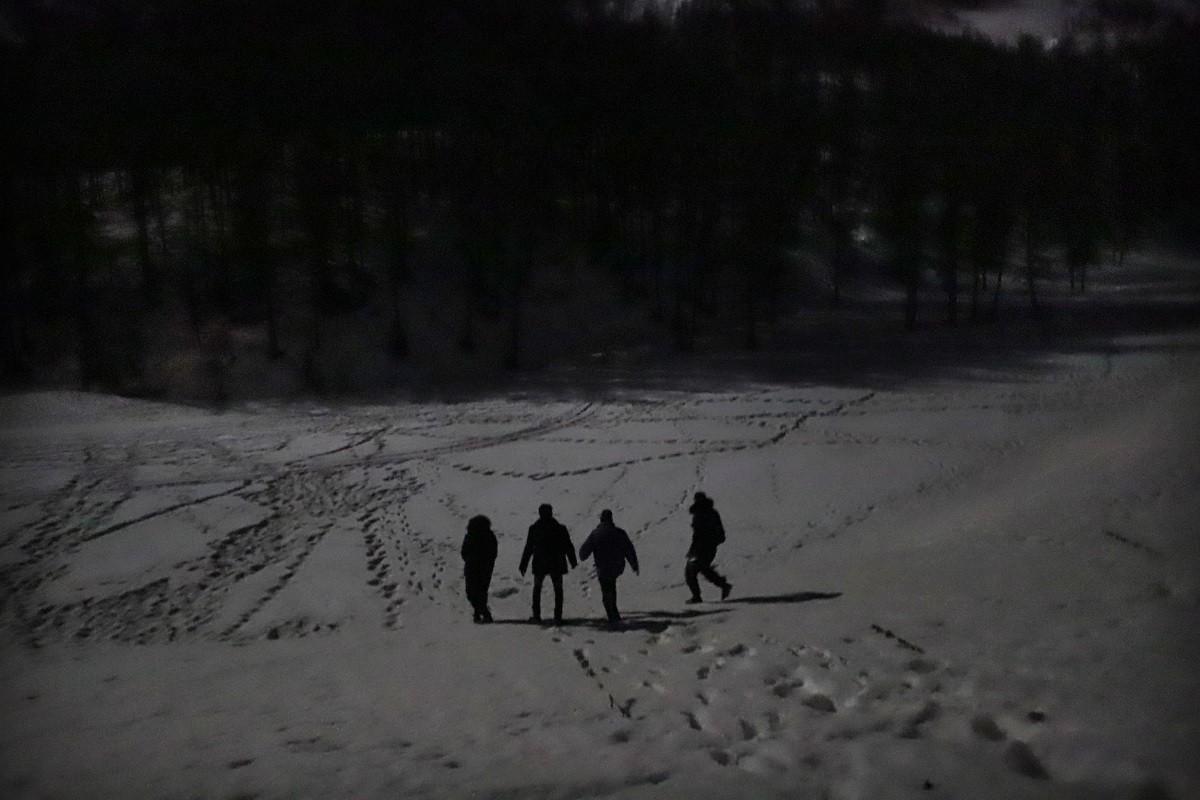El grup de migrants entra dins del bosc per tal d'esquivar la policia francesa