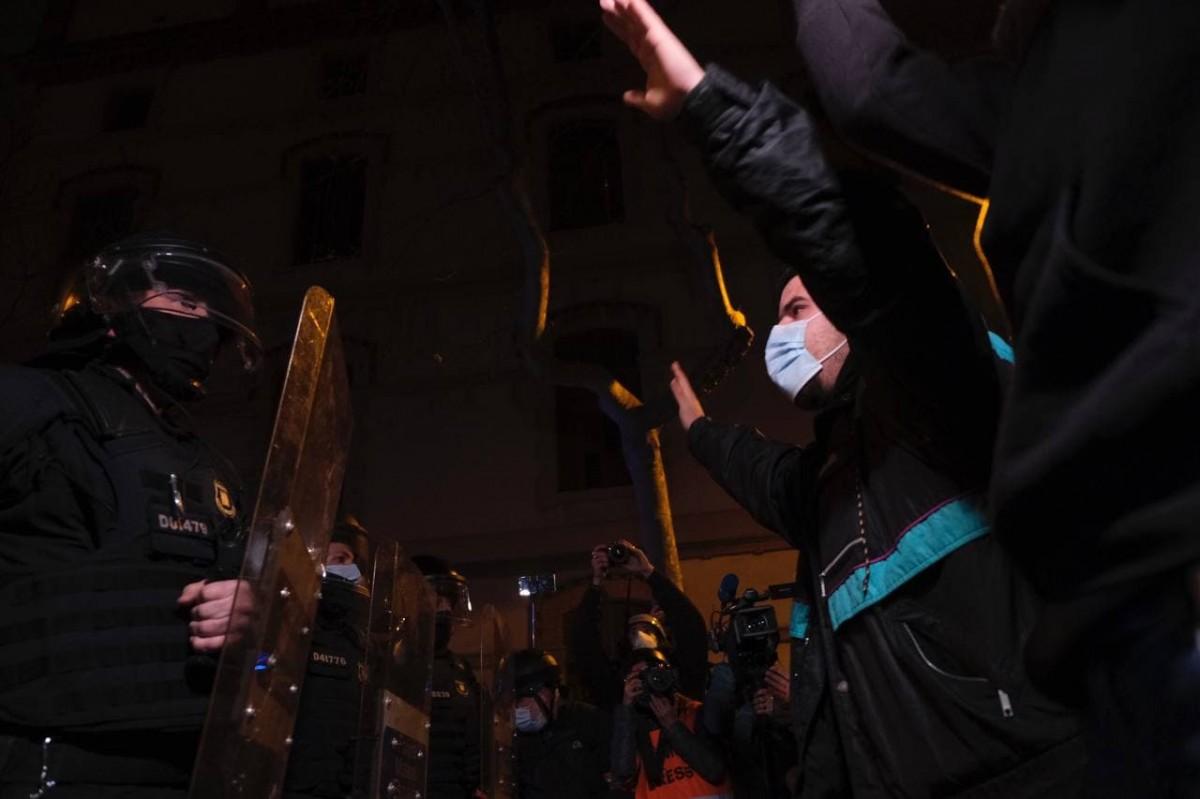 Manifestants i agents de la Brimo cara a cara en la manifestació d'aquesta tarda a Barcelona