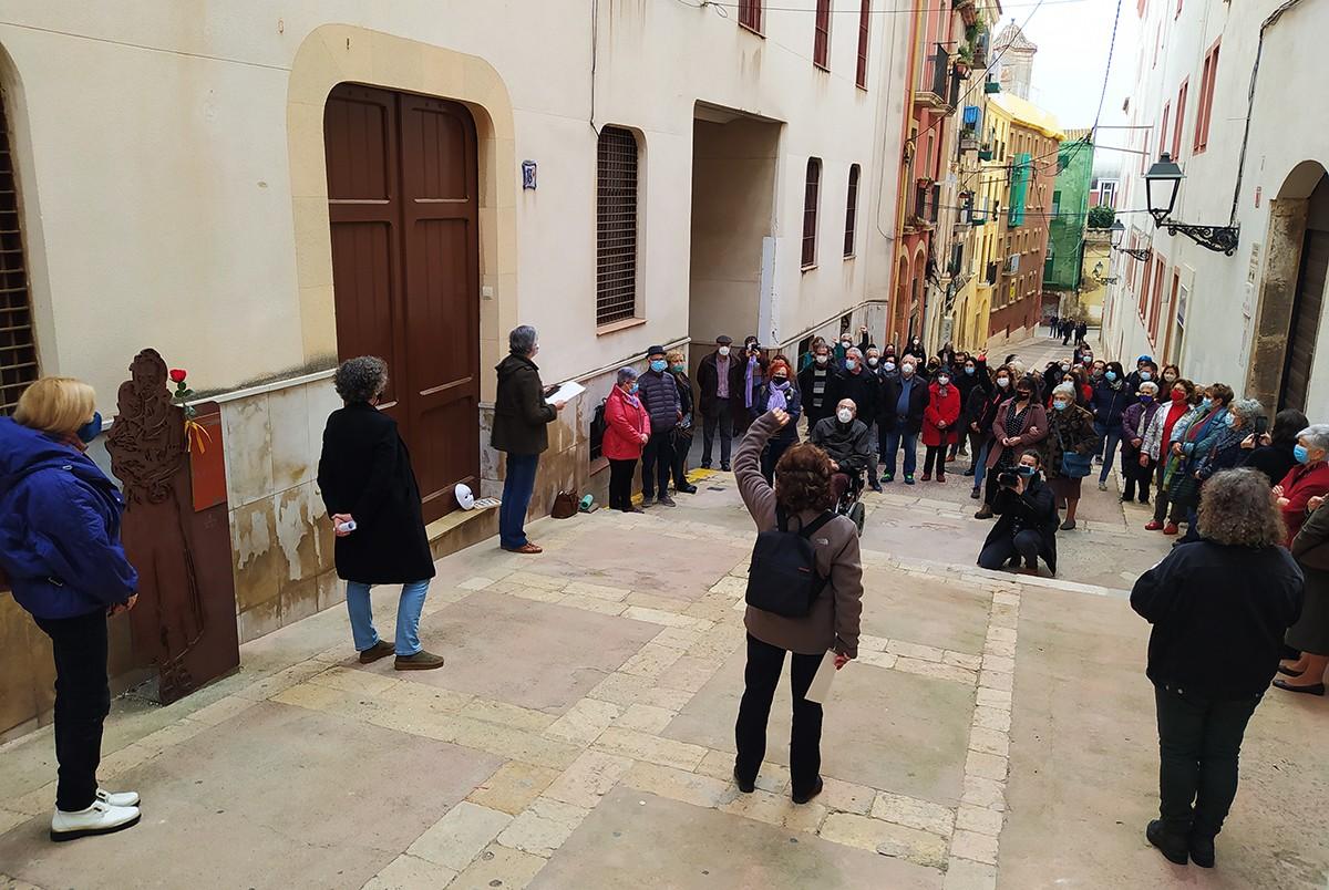 Mig centenar de persones han assistit a l'acte de record a les dones que van ser empresonades al convent de les Oblates.