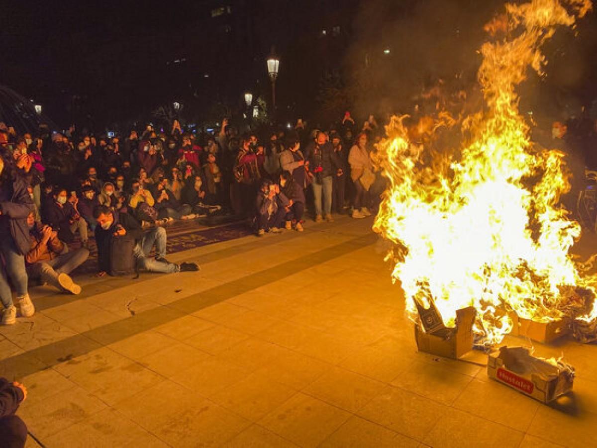 Crema de cartrons davant la subdelegació del govern espanyol de Lleida al final de la manifestació del 8-M