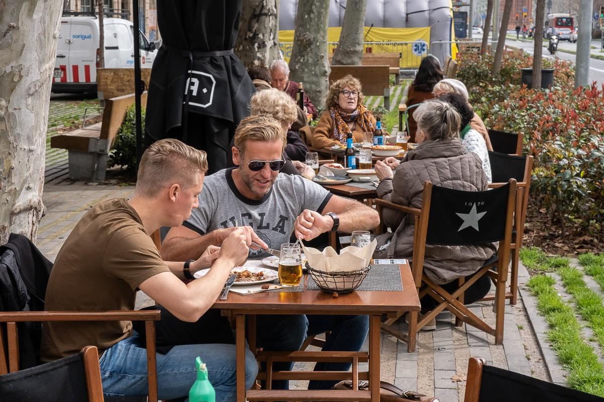 La terrassa d'un bar al passeig de Sant Joan de Barcelona