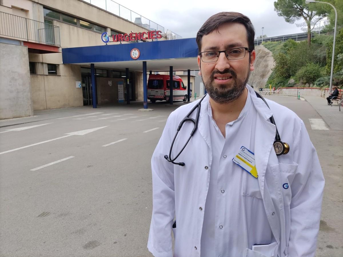 Marco Bustamante, a l'entrada del servei d'Urgències de l'Hospital de Granollers