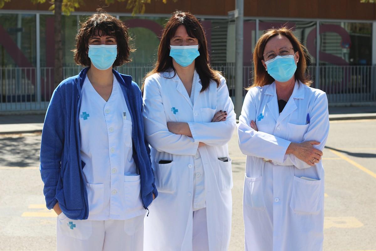 Laura Claverias, Mònica Magret i Maria Bodí, a l'exterior d'Urgències de l'Hospital Joan XXIII.