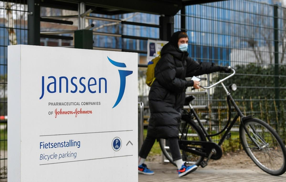 Una dona amb bicicleta a la seu de Janssen, als Països Baixos