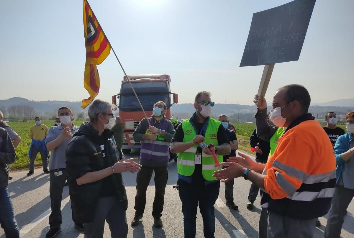 Els treballadors de Bosch, tallant la carretera