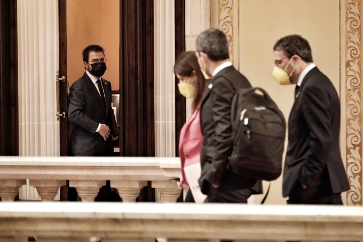 Pere Aragonès observa els diputats de Junts al Parlament.