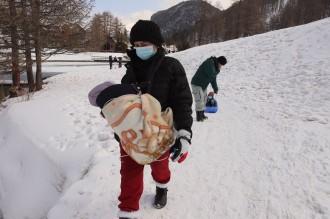 Creuar les pistes d'esquí dels Alps amb un nadó de 16 dies per arribar a França