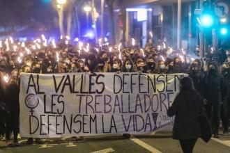VÍDEOS i FOTOS | La marxa de torxes no mixta aplega unes 300 dones del Vallès Occidental a Sabadell