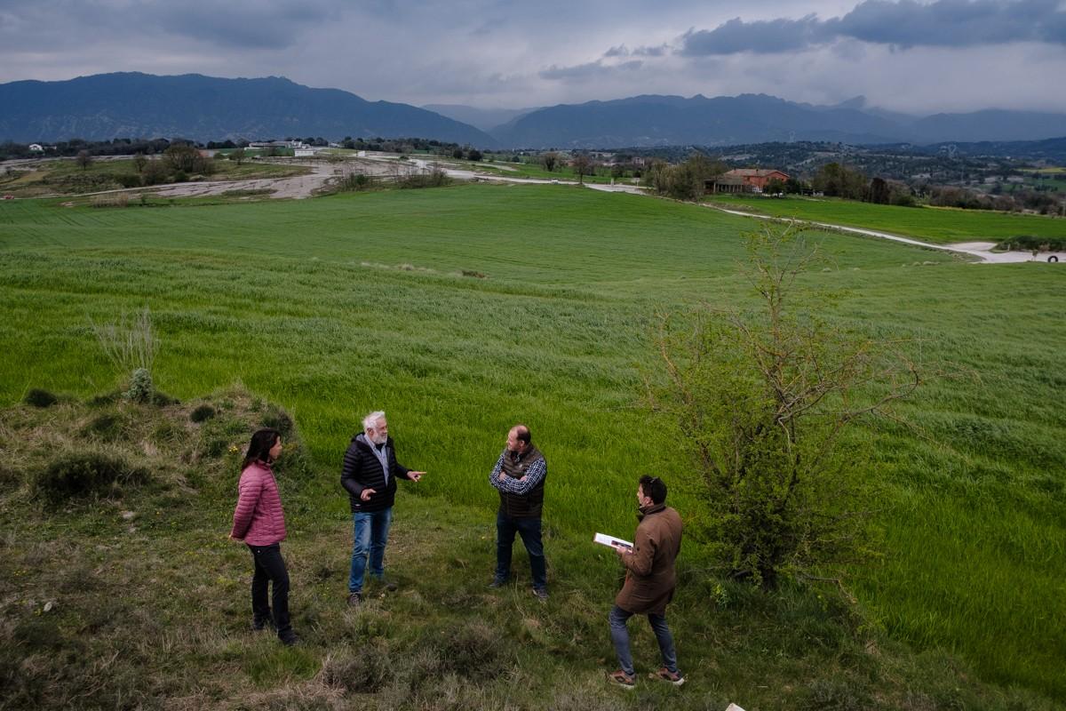 Membres de la plataforma «Per una Plana Viva!» a l'esplanada on es projectava un macroprojecte de plaques fotovoltaiques